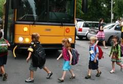 niñas y niños de Norteamérica entrando al bus escolar