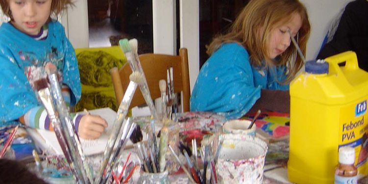 niña y niño pintando