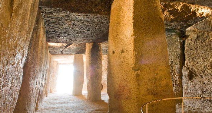 imagen del interior del dolmen de menga