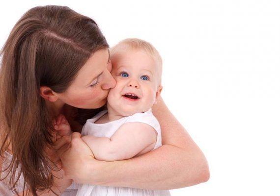 Bebé con su madre. Freepik