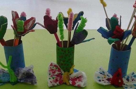 Un ramo de flores de cartón reciclado con su jarrón cabecera 770