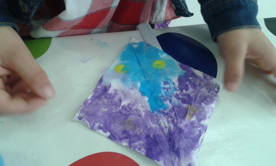Un ramo de flores de cartón reciclado con su jarrón 05