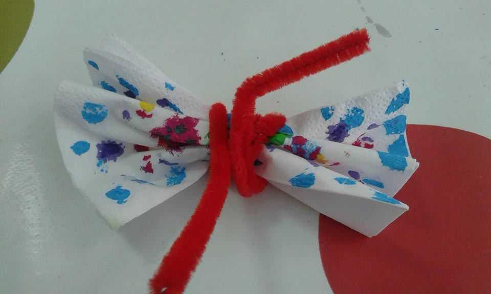 Un ramo de flores de cartón reciclado con su jarrón 08