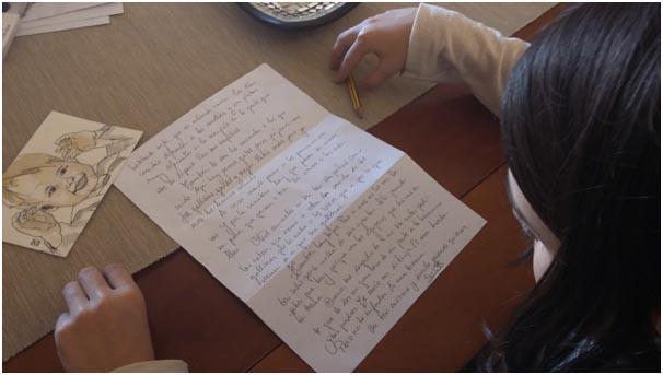 Ana lee una carta de que le envía Susi desde Escocia