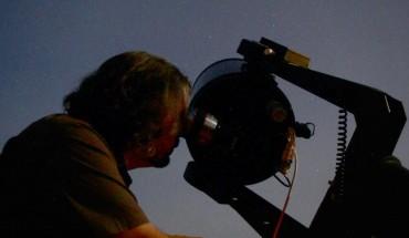Observatorio Astronómico de Yunquera hombre telescopio cielo nocturno