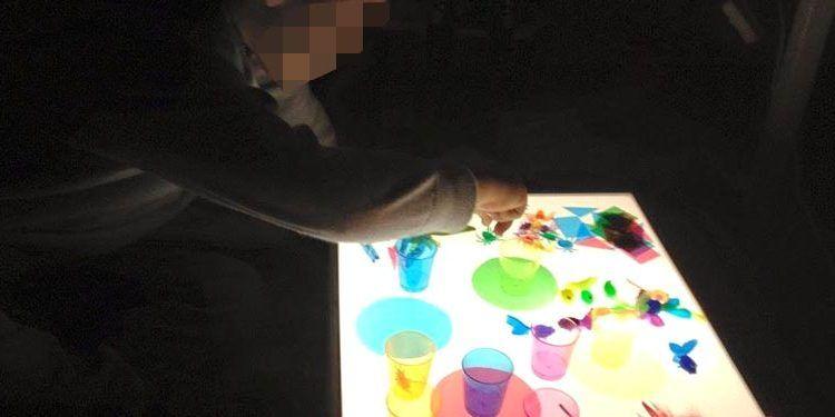 descubrir las mesas de luz niño jugando