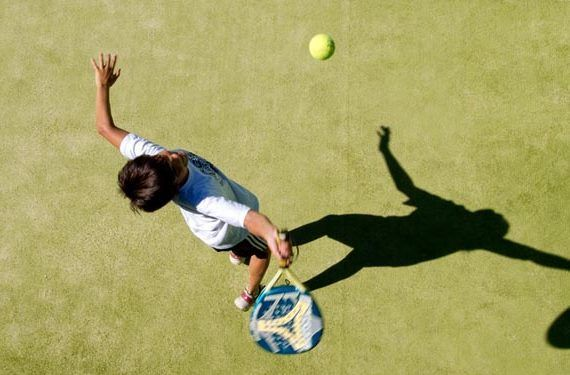 Campamentos de verano para niños con tenis, natación, pádel y más deporte en Málaga con Valssport chico raqueta