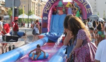 tobogán acuático, fiesta solidaria en Mijas