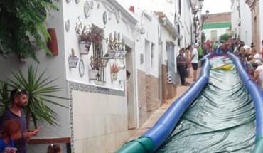 Fiesta de fin de verano para niños en Marbella con tobogán neumático