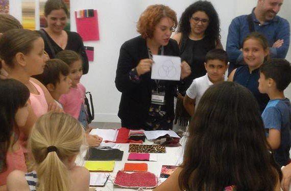 visita taller museo ruso niñas niños madres padres explicación cabecera