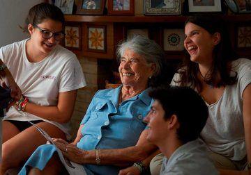 Famileo: la app que permite crear una revista para nuestros mayores con las fotos y textos del chat familiar