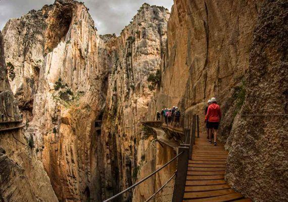 Excursión en familia: visita guiada al Caminito del Rey, vía ferrata en El Chorro y alojamiento rural