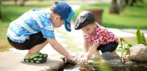 Niños jugando agua
