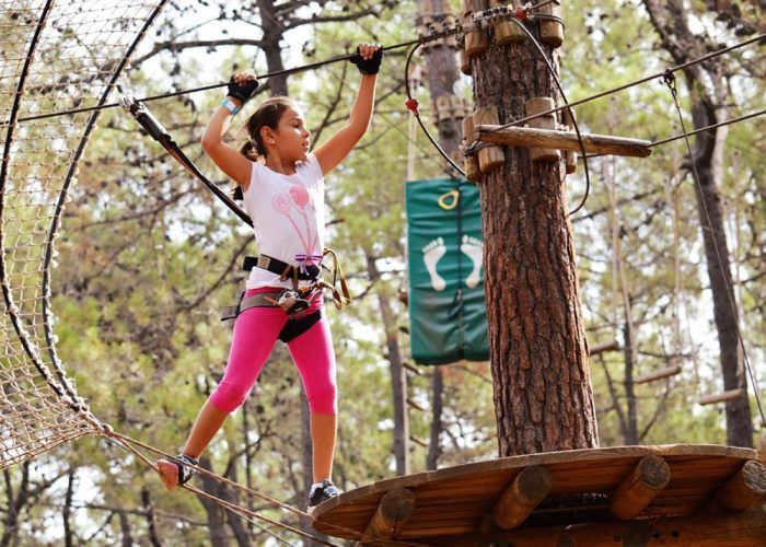 Disfruta este otoño haciendo deporte en familia en Aventura Amazonia Marbella