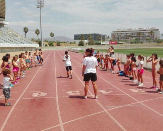 Practica deporte en el campamento de verano de Deportae en el Martín Carpena de Málaga