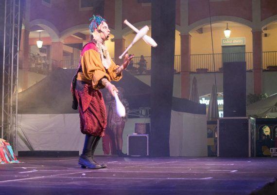 Espectáculo de circo en el Plaza Mayor Málaga