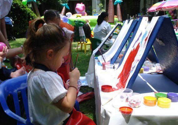 Niño pintando manualidades Saturna
