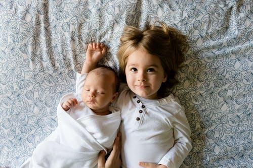 Cómo evitar que tu hijo sienta celos de su nuevo hermanito