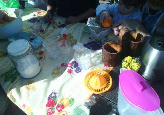 Actividad familiar en la Granja Escuela de Pizarra sobre naranjas y mandarinas