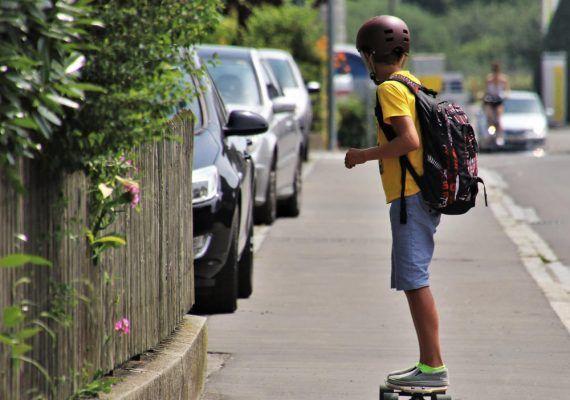 Mochila o carrito: ¿qué es mejor para la espalda de tu hijo?