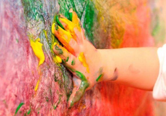 Taller de pintura explosiva para niños en La nube azul de Estepona