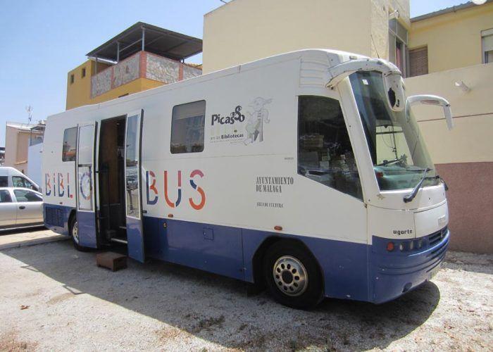 Libros para toda la familia con el Bibliobús en los barrios periféricos de Málaga