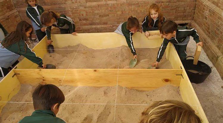 Campamento infantil de Semana Blanca sobre arqueología en La Térmica de Málaga