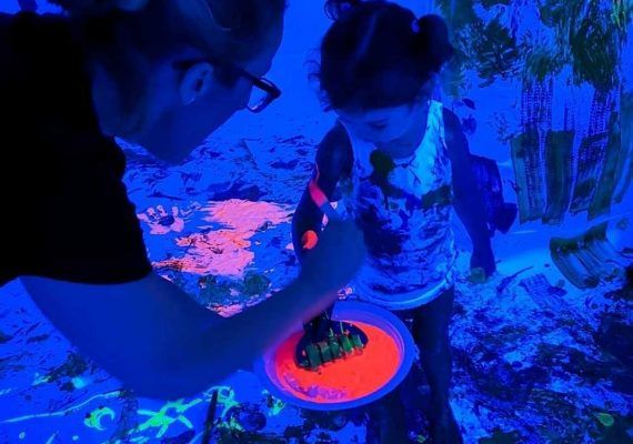 Taller de pintura flúor para bebés con Estímulos Maternales en Marbella