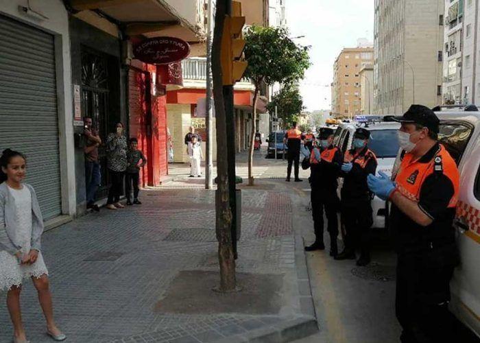 Protección Civil de Málaga felicita el cumpleaños a los niños durante el confinamiento