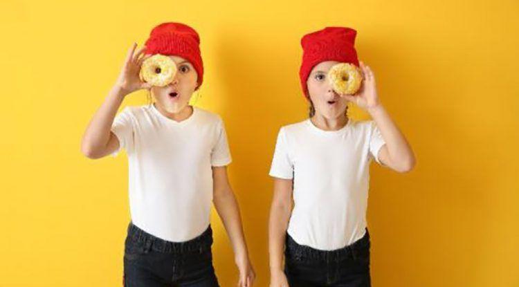 consejos para vestir de forma original a dos niñas gemelas